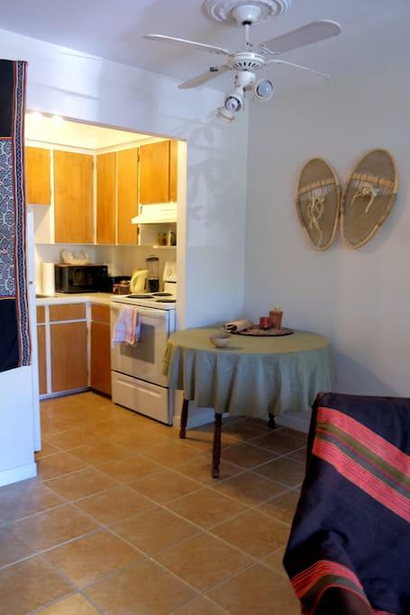 Côté cuisine et salle à manger adjacente