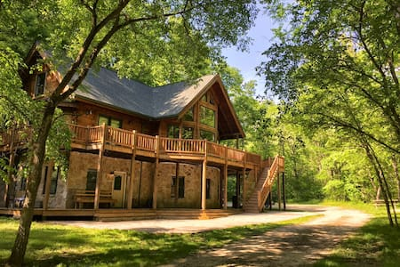 Cabin Vacation Home on 42 Acres - Metamora - Casa