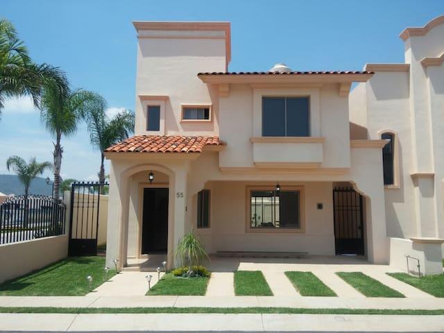 Hermosa casa estilo Américano - Tlajomulco de Zúñiga - Huis