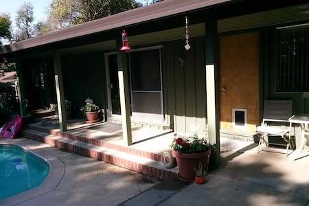 Hidden Cottage Resort in Fair Oaks - Bungalo