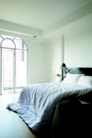 Comfortable King Bed with duvet. 4th floor studio unit with balcony. Highest floor in the shop house.