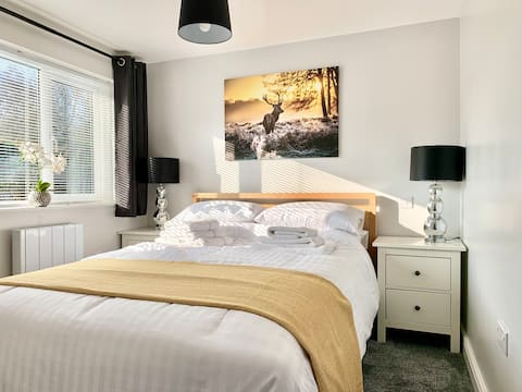 Cannock Chase Guest House w/King Bed Parking Wifi