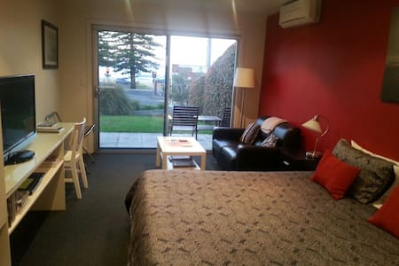 Quality studio opposite beach - Austinmer