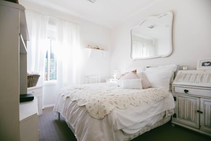 Double bedroom in quiet hills spot