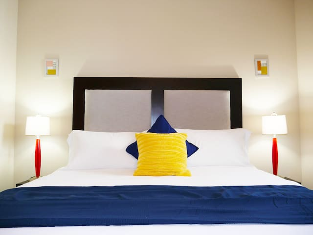 ⭐️Modern 2 King Bed Suite Near Galleria, Sleeps 6