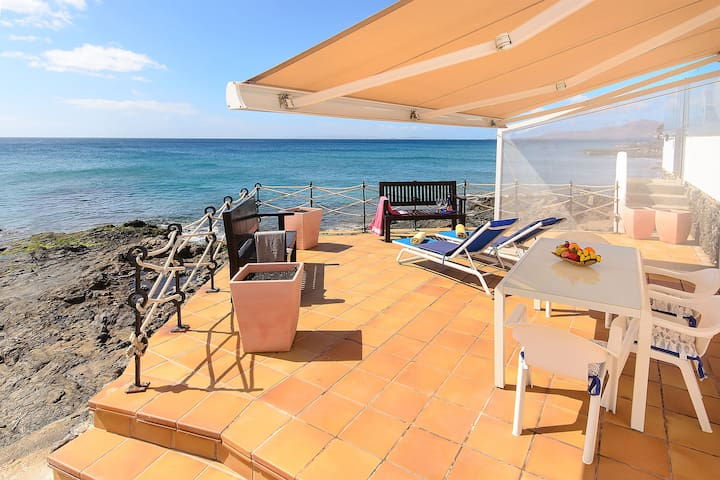 Air-Conditioned Apartment Directly on the Oceanfront with Terrace, Incredible Views and Wi-Fi