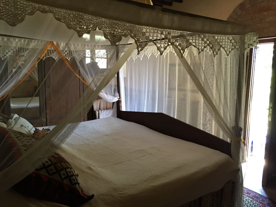 Honeymoon suite - four poster Lamu bed