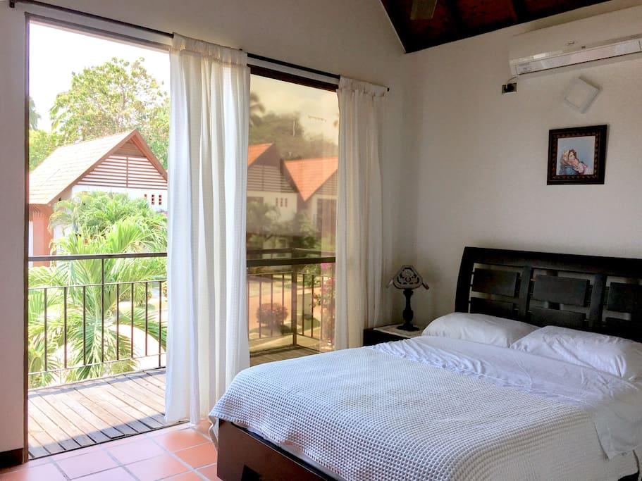 Dormitorio 1 con baño privado, TV y aire acondicionado