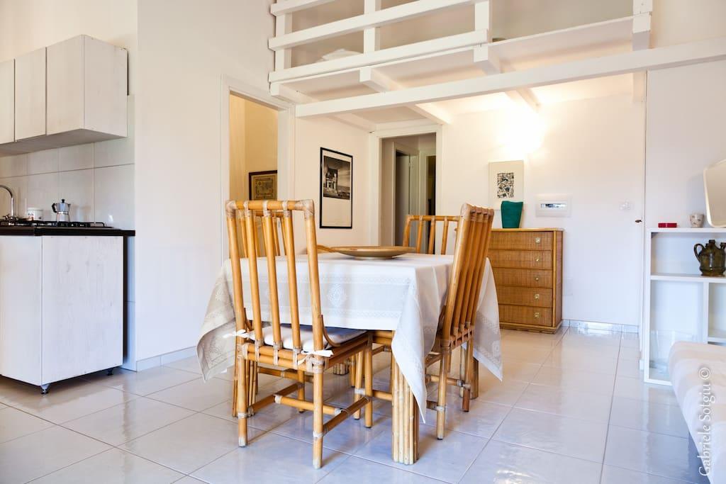 Living room with kitchenette, sofa bad and mezzanine - Soggiorno con angolo cottura, divano letto e soppalco