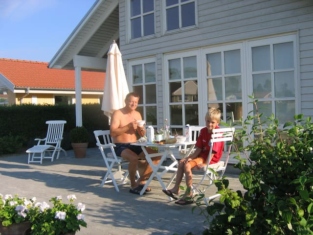 Flot hus, ugenert have og havudsigt - Kerteminde