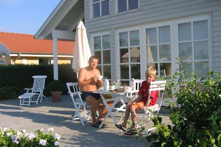 Flot hus, ugenert have og havudsigt - Kerteminde - Blockhütte