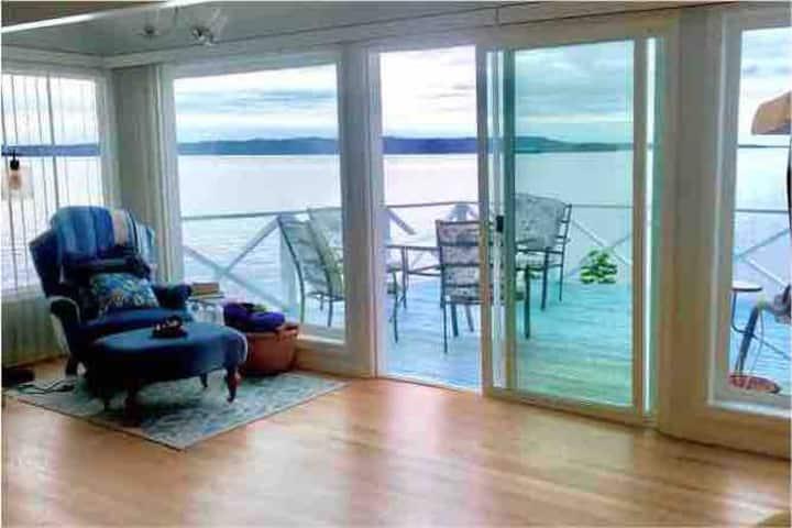 Romantic Beach Cottage w/180 Degree View of Sound