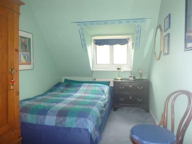 Schlafzimmer 3, im Obergeschoss, ein Bett, 1,40 m breit.