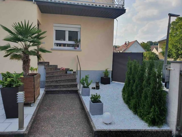 60 m/2 Dachgeschosswohnung mit privatem Bad im EG