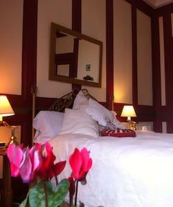 Pembroke Rm: Large, King Bed - Pembroke