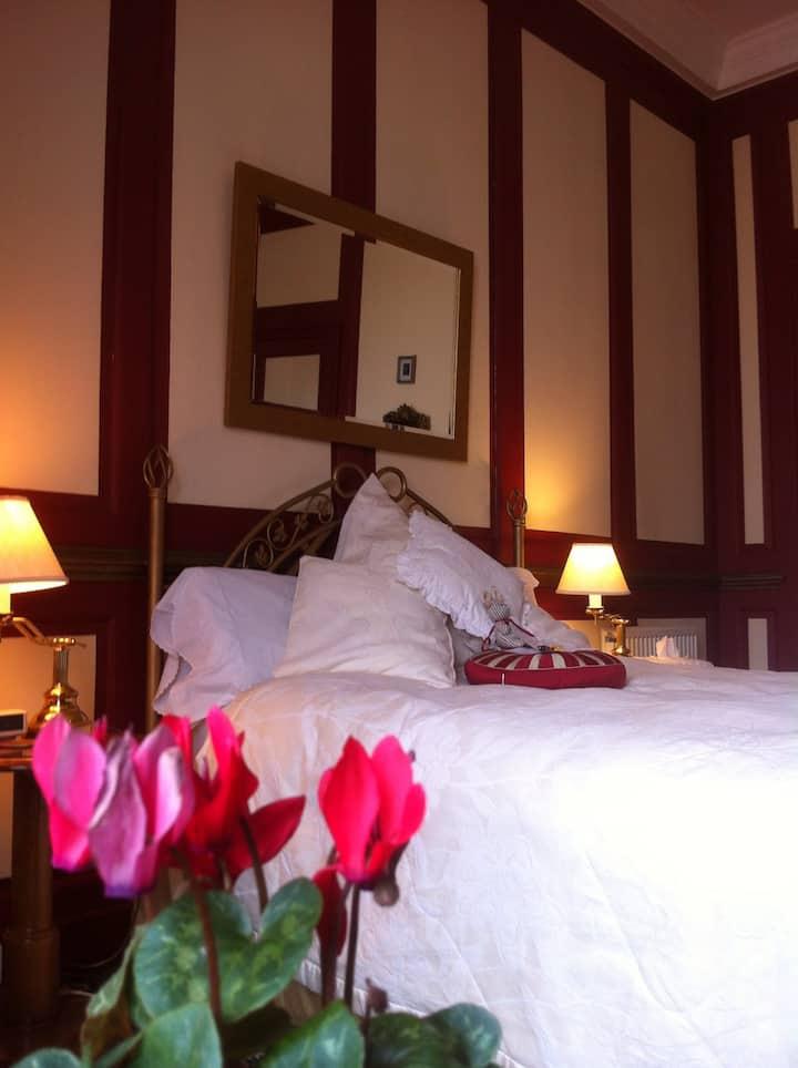 Pembroke Rm: Large, King Bed, en suite.