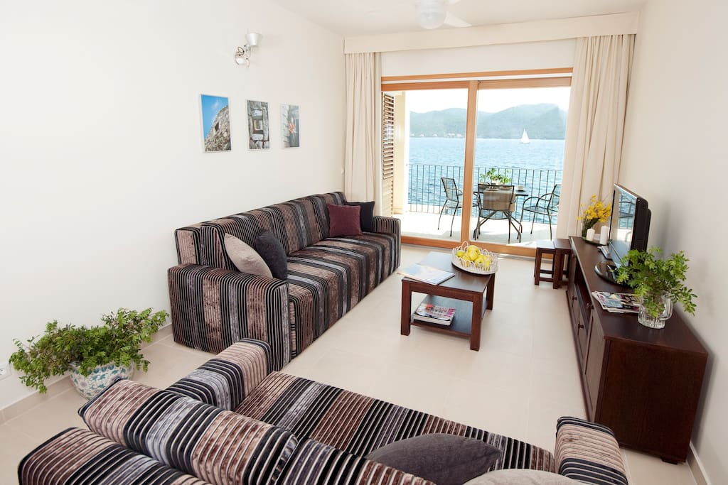 From the living room you can access a spacious 14 m2 large balcony facing south with a fantastic view of the sea and Korcula island.