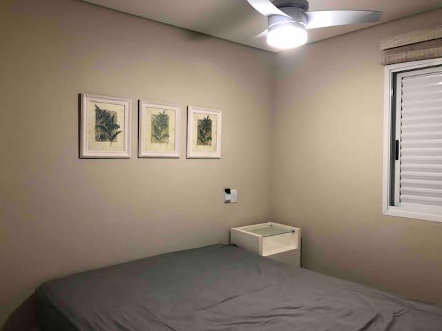 Suíte casal, cama queen size ( acomoda 02 ). Ambiente com ventilador de teto.
