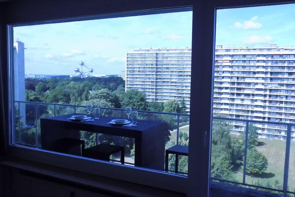 Enjoy the balcony with a view on the park and on the Atomium - Profitez de la terasse avec vue sur le parc et sur l'Atomium