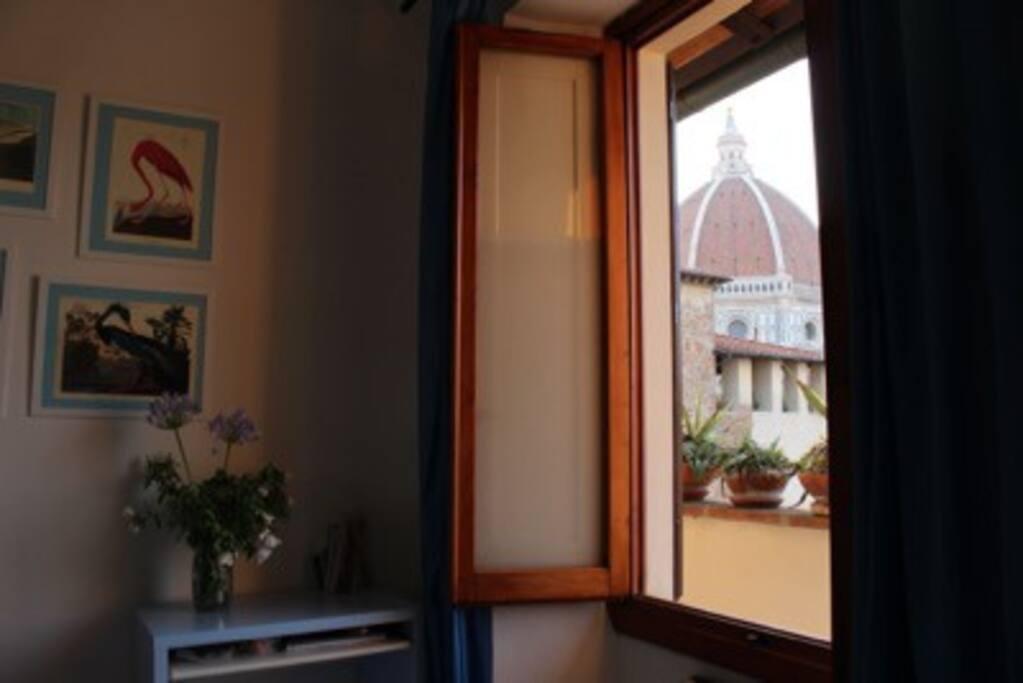 La finestra della camera da letto affaccia sulla terrazza panoramica