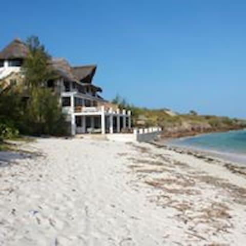 The Beach House, Malindi, On the Ocean 4BR, 3.5BA