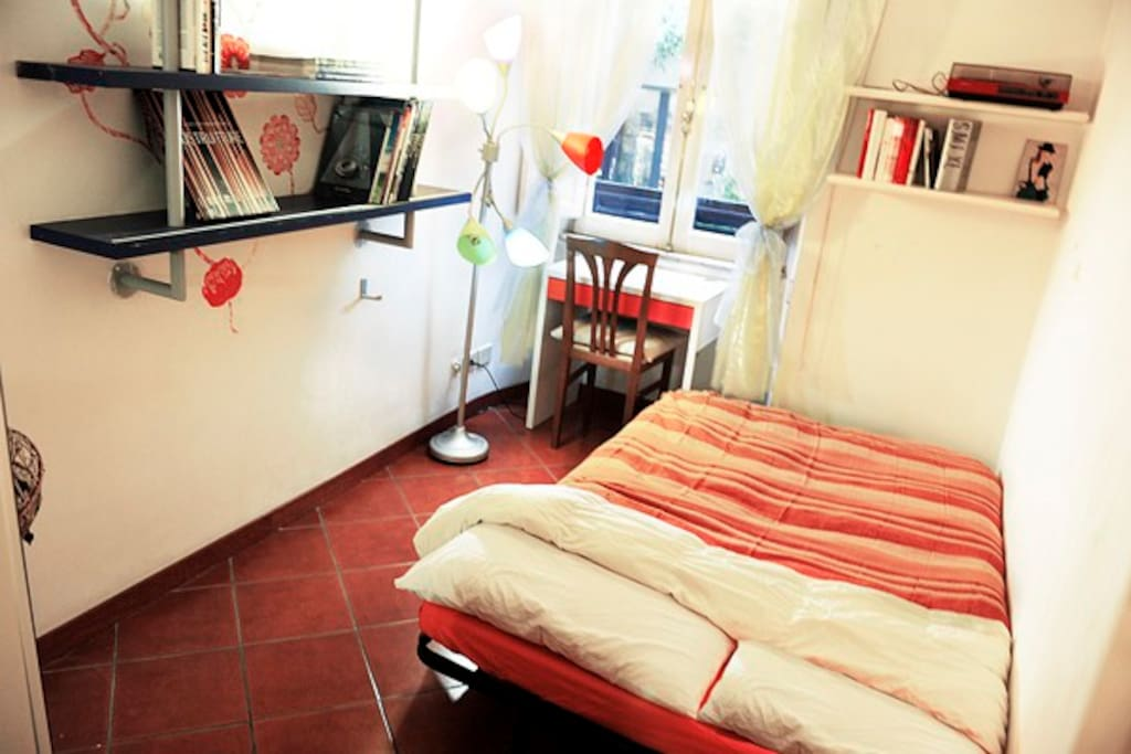 room with a mattress for two people - stanza con letto a una piazza e mezza :)