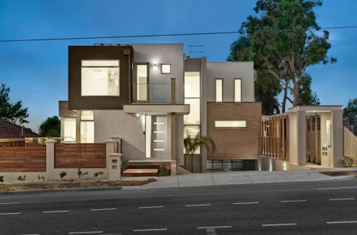Brand New Luxury Townhouse 2BR/2BTH - Doncaster - Townhouse