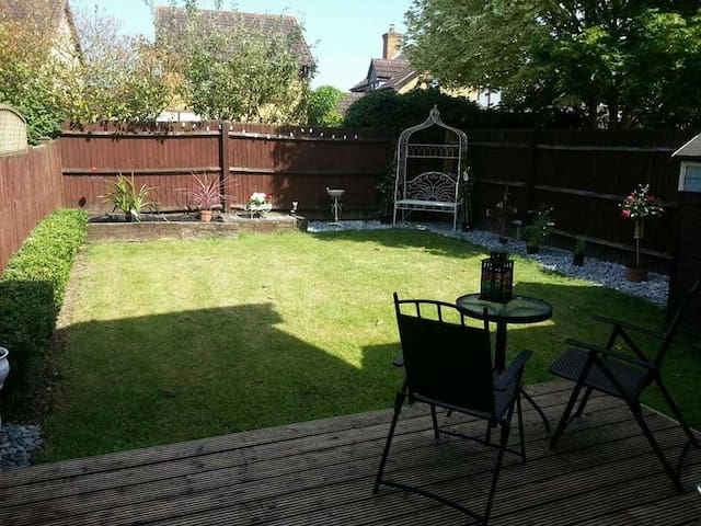 Quiet house close to town & trains - Aylesbury