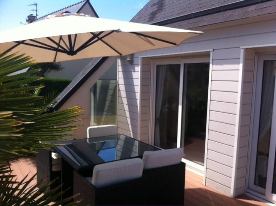 équipement de la terrasse parasol et salon confortable 8p