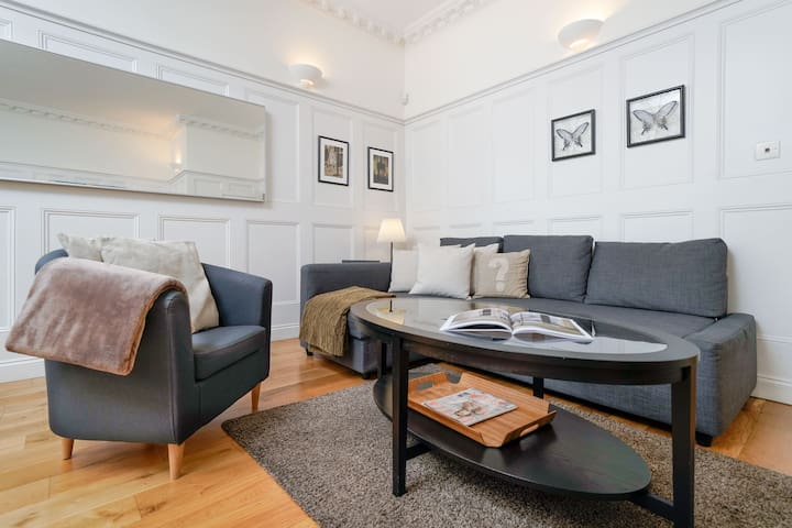 LUXURY NEW 2 bedroom/Trafalger Square, 5min subway