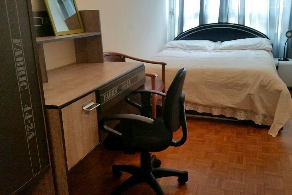 Chambre équipée: lit double, bureau, armoire