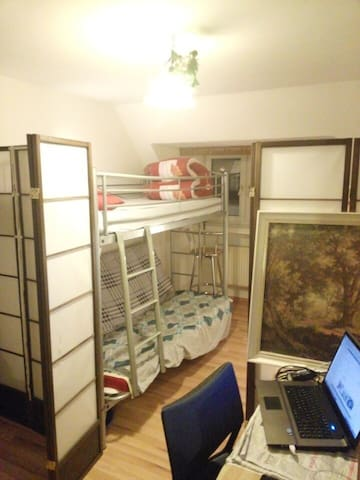 Shared room, close to the railway main station寒窗
