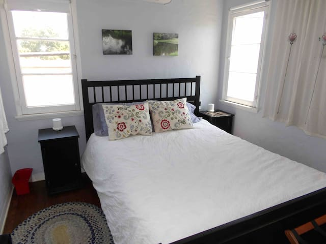Sunny One-Bedroom Historic Apartment in Long Beach