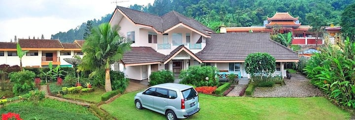 Big 4BR family Villa in the centre of Cipanas city
