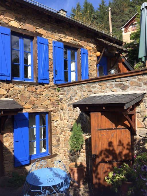 La maison bleue et ses deux terrasses
