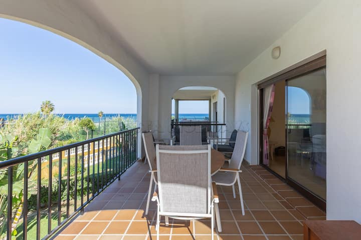Spacious 2 bedroom apartment with pool and sea views, 24 h. security, gardens, direct access to the beach