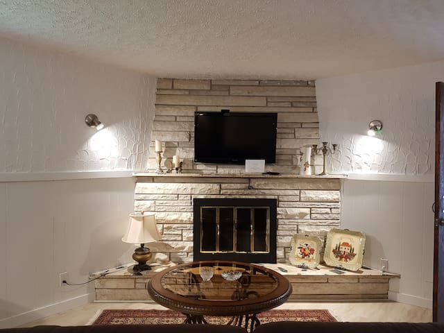 """Salon tres chaleureux avec cheminee en marbre, television 42"""" et IPTV. Canape tres confortable peut se transformer en lit Very cosy living room with a beautiful marble fireplace, a 42"""" TV with IPTV. A very comfortable couch can be turned to a bed"""