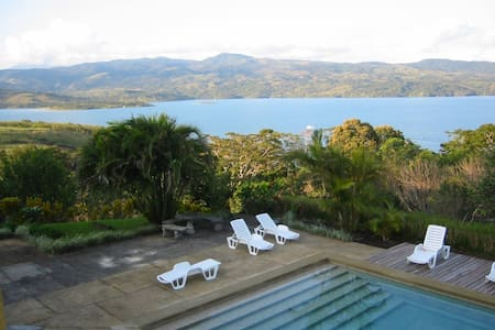 Lake Arenal Brewery Hostel - Bed & Breakfast