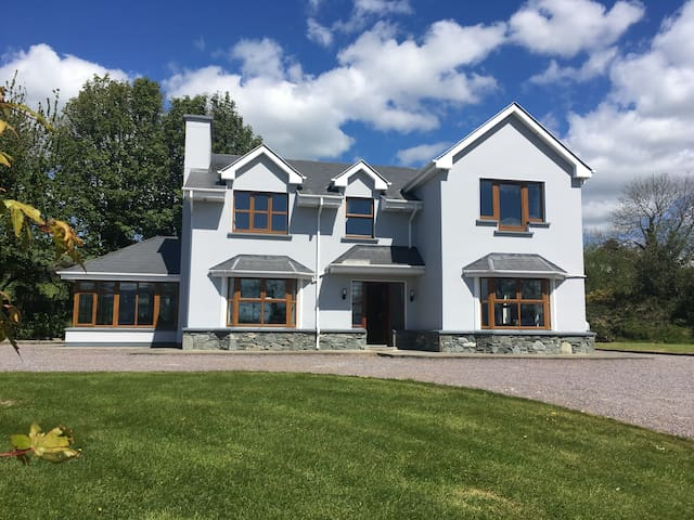 Fantastic 4 bed, 8 minutes from Killarney with gym