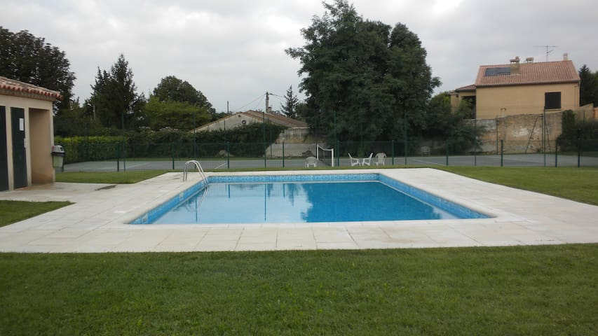 Chambre à Orange,tennis, piscine, terrasse jardin