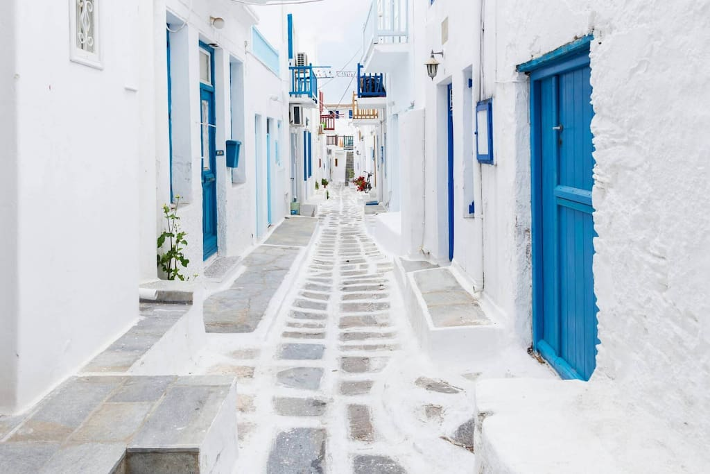 The apartment is located in the alleys of Mykonos