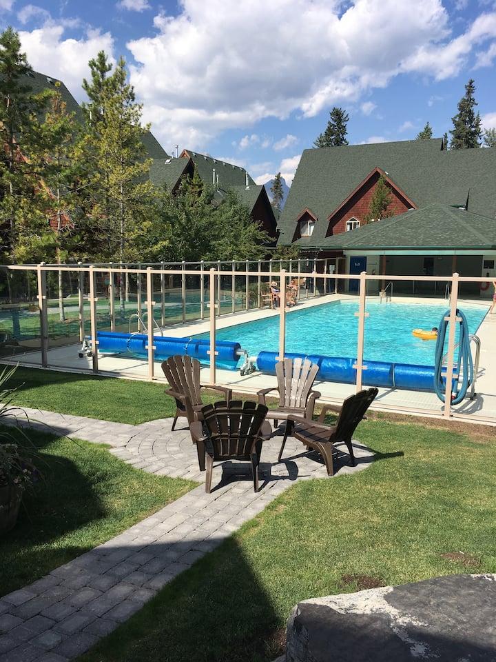 Canmore Mtn Getaway jacuzzi/Pool/ 2Bedroom/2Bath