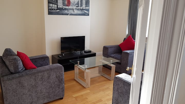 Superb 2 bed apt in quiet Greater London location
