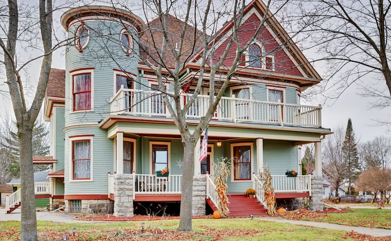6BR Shawano House w/ 4 Covered Porches!