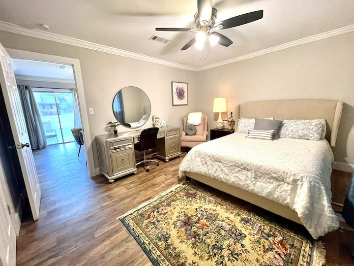 Midtown Luxury Cottage- Clean, Nice Neighborhood!