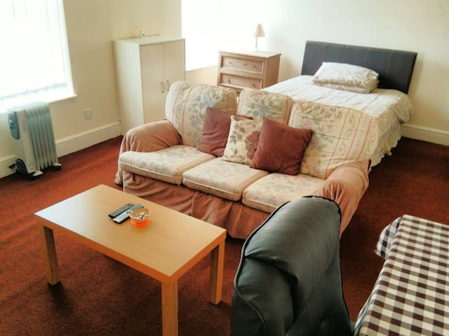 Extra large room in serviced apartment - Morecambe - Apartamento