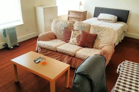 Extra large room in serviced apartment - Morecambe - Lejlighed