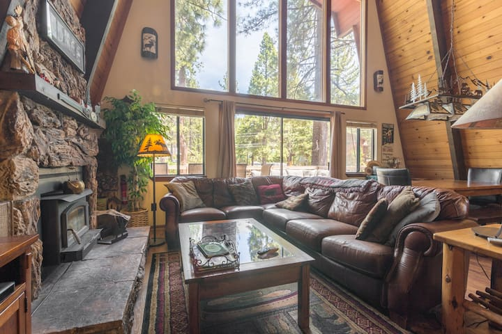 Family Friendly Tahoe Vista Cabin - Walk to Lake!