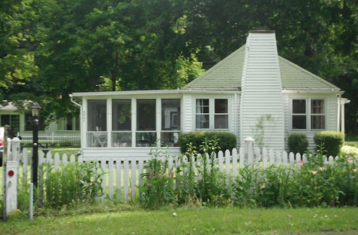 Adorable Cottage on Seneca Lake