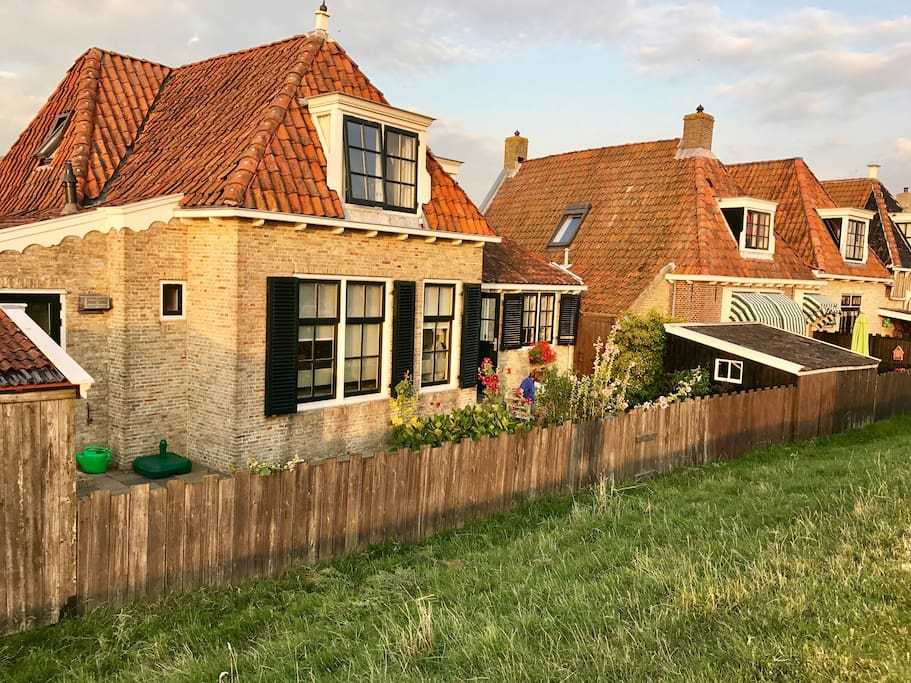 Dijkhuis met op unieke locatie huizen te huur in makkum for Huizen te koop friesland